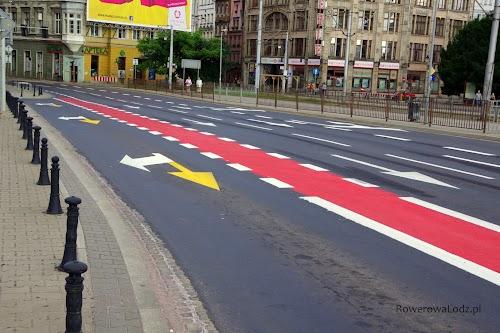 Plac Jana Pawła II. Świeżo wymalowane pas ruchu dla rowerów