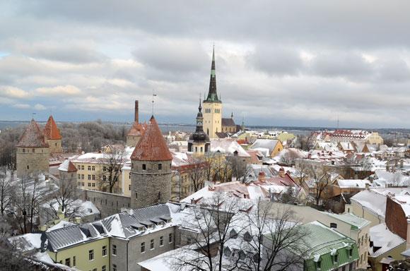 Centrul vechi al orașului Tallinn văzut de pe o terasă aflată în nemijlocita apropiere a reședinței Primului Ministru al Estoniei