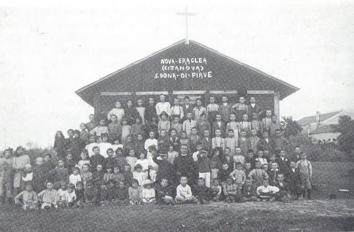 la baracca-chiesa con i ragazzi della dottrina e don Giuseppe Casonato