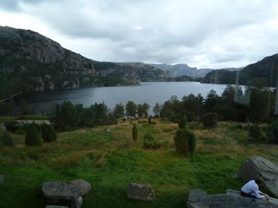 El lago desde la sala común del albergue
