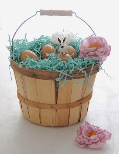 Decoração de cesta com flor de tecido