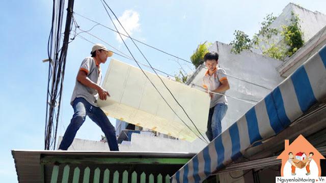 Chuyển đồ trên mái nhà