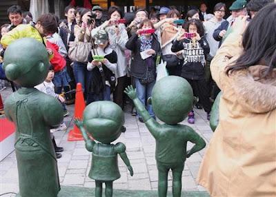 桜新町にサザエさん一家の銅像 長谷川町子さんゆかりの地