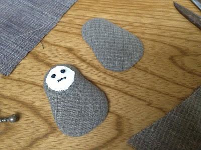 顔を縫い付けた布を同じように縫い付ける