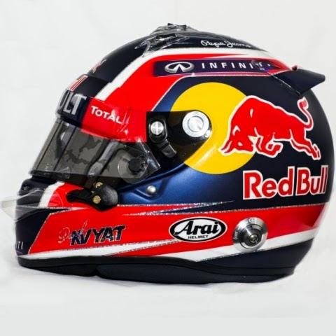 Il casco di Kvyat è a maggioranza rosso-blu. Disegno semplice e ben riconoscibile