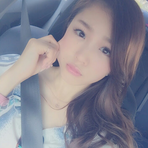 車の助手席に乗っている石田安奈