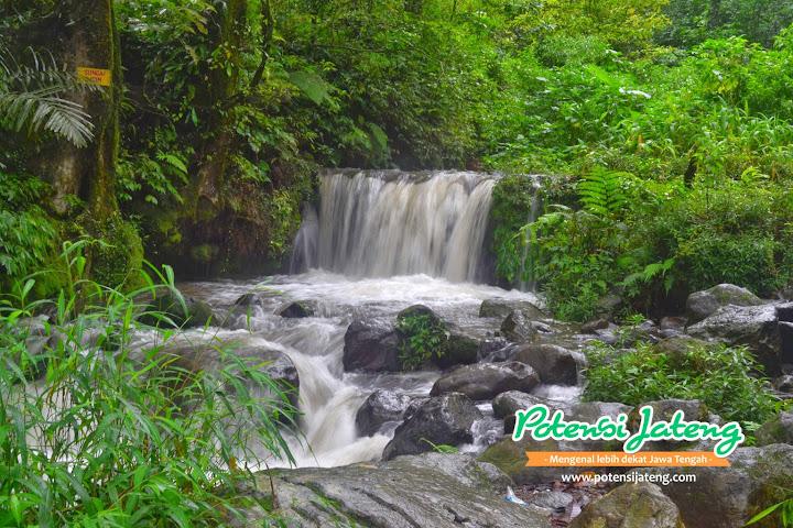 Sungai Kecil dan terjunan air di Pemandian Air Panas Gonoharjo