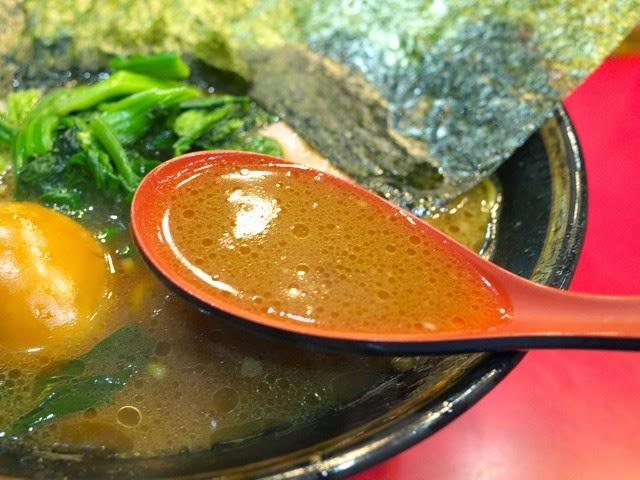 スープを赤いレンゲですくってみた