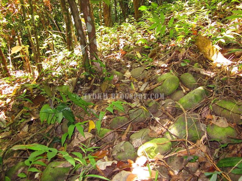 tanpa sungai, batu sungai banyak di atas puncak bukit