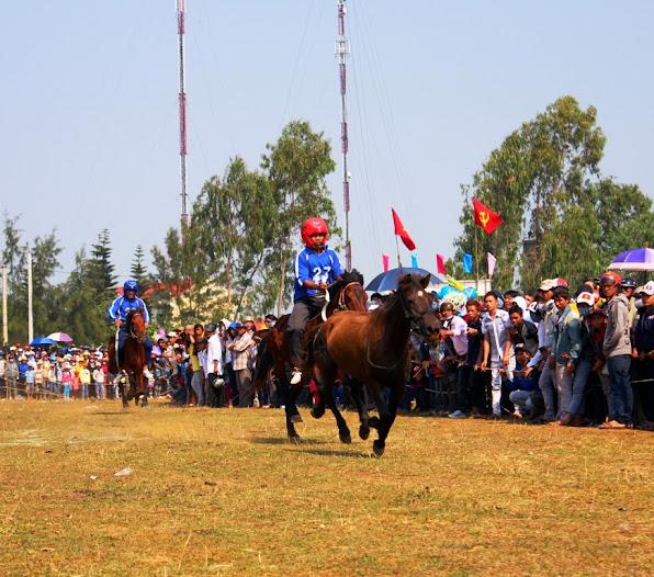 Một kỵ sĩ đã bị ngã khỏi đường đua, chỉ còn ngựa chạy không.