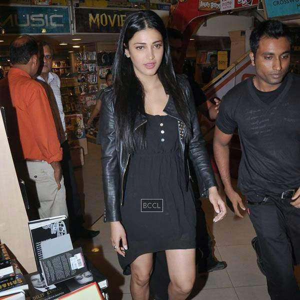 Shruti Hassan attends the launch of Dr Rashmi Shetty's book 'Age Erase', held at Crossword, on July 11, 2014.(Pic: Viral Bhayani)