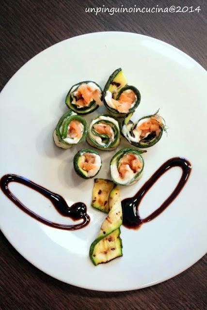 rotolini di zucchine, formaggio spalmabili e salmone affumicato