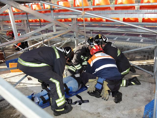 Voluntario de Protección Civil junto a Bomberos Voluntarios, inmovilizando a una de las victimas.