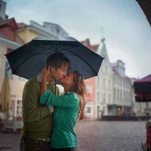 Trao nhau nụ hôn nồng cháy dưới trời mưa
