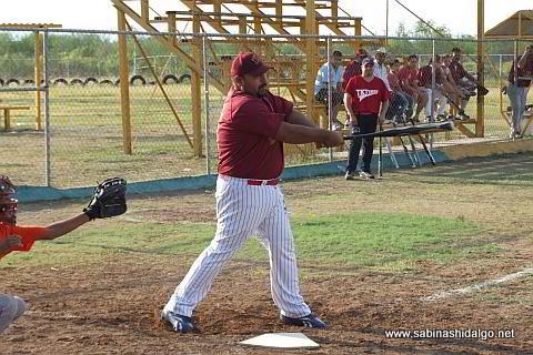 Enrique Flores bateando por Maypa Trucking en el softbol sabatino