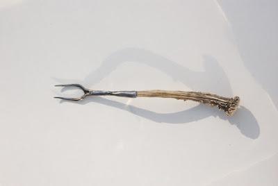 Fourchette à roti brut de forge, manche en bois de chevreuil