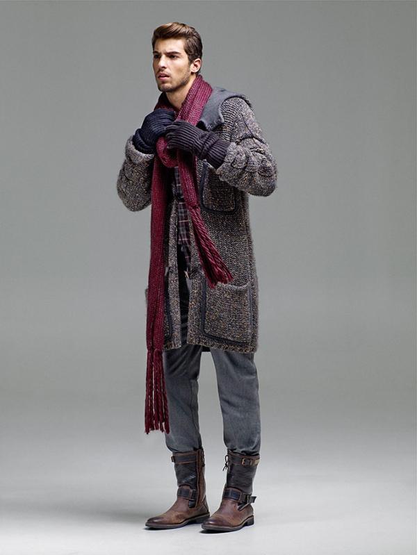 Esta imagen muestra un atuendo para climas de muy baja temperatura, compuesto por un saco gris con bolsillos grandes, unos jeans clásicos y unas botas de
