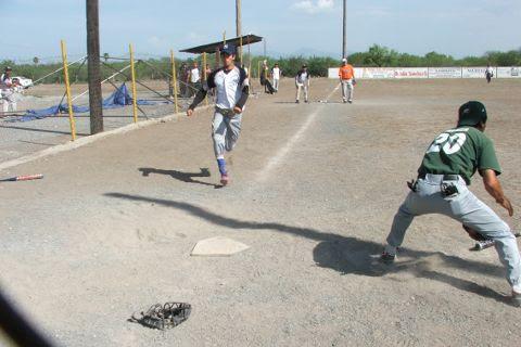 Jorge Velázquez de Yankees en el softbol del Club Sertoma