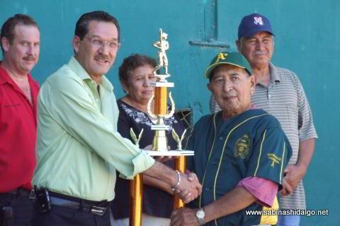 Entrega de trofeo al equipo campeón