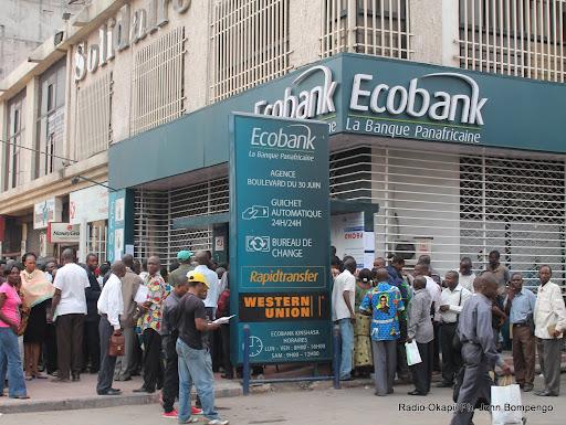 Des agents et fonctionnaires de l'Etat attendant la paie du mois devant une banque à Kinshasa. Radio Okapi/ Ph. John Bompengo