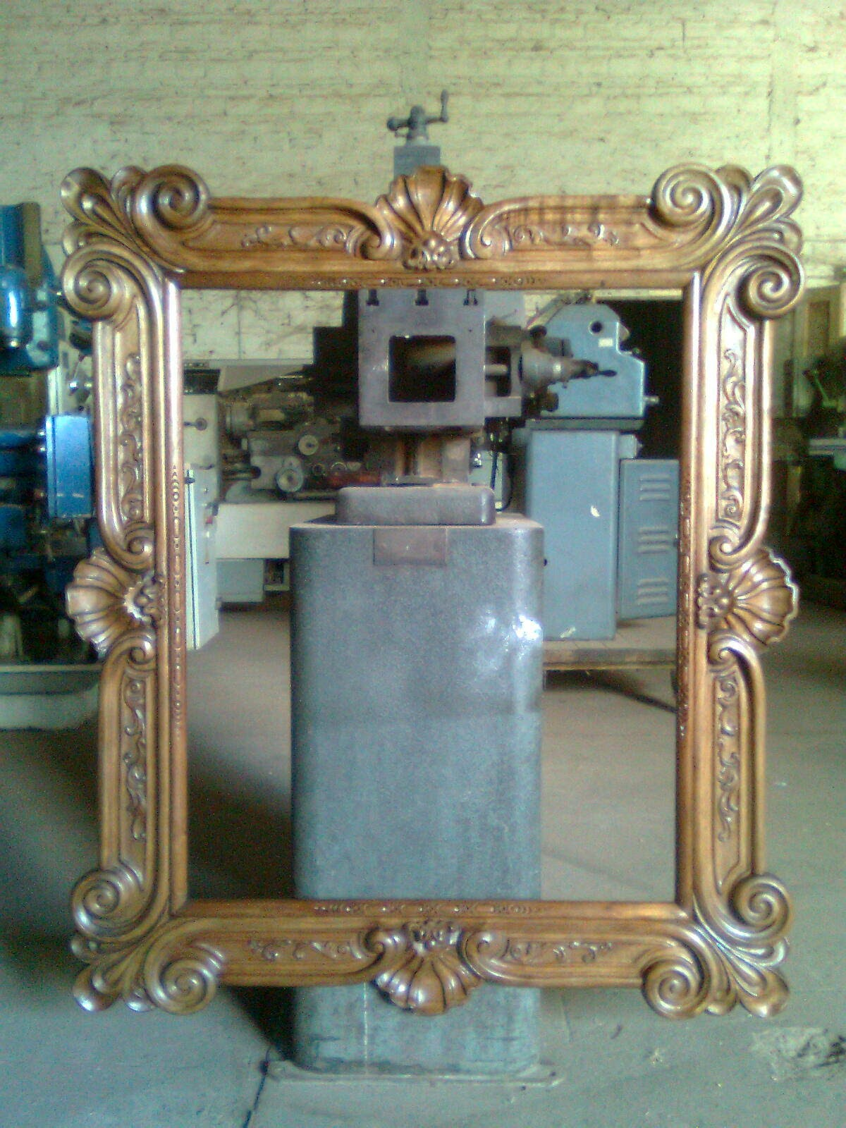 Arte en madera marco de espejo tallado en madera de cedro for Disenos de marcos de madera para espejos