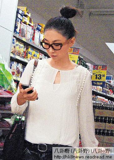 心不在焉 <br><br>在超市掃貨期間, JJ心不在焉,頻頻低頭望住電話發短訊。最後她買了粟米片、牛奶及蔬果離開,食得健康。