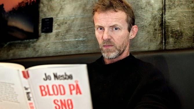 Jo Nesbø legújabb regényével (fotó: Mimsy Møller)