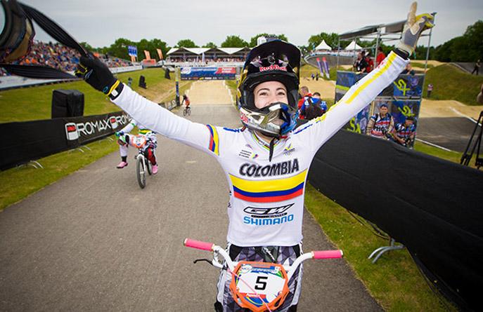 Mariana Pajón. A los 3 años aprendió a montar bicicleta, a los 4 practicó en la pista, durante su niñez y juventud ganó campeonatos nacionales e internacionales de bicicross, y a los 21 fue campeona de los Juegos Olímpicos de 2012 en BMX. Su última actuación fue este año en la Copa Mundo BMX Supercross UCI 2013, la única medalla de oro que le faltaba.