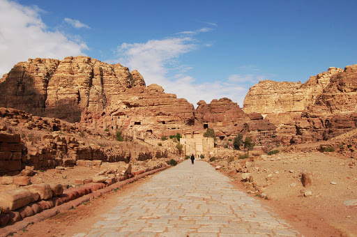 Иордания. Дорога в древний город Петра выложенная камнем