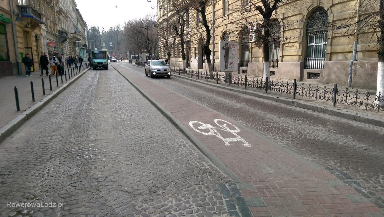 Pas ruchu dla rowerów pełni także funkcję rozdziału pasów dla samochodów i autobusów