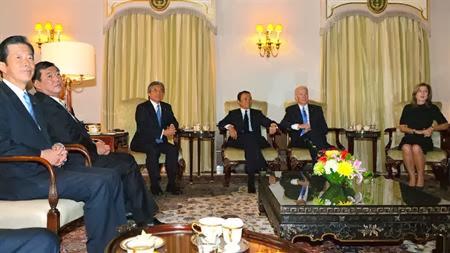 日午前にバイデン副大統領との会談に麻生太郎副総理兼財務相らと一緒に参加していた民主党の海江田万里代表(見切れてもいない)