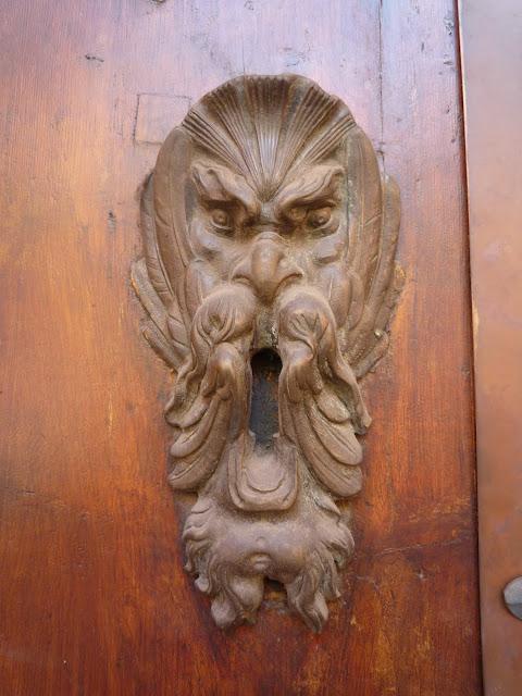 Una cara de enfado para indicar dónde había que meter la llave