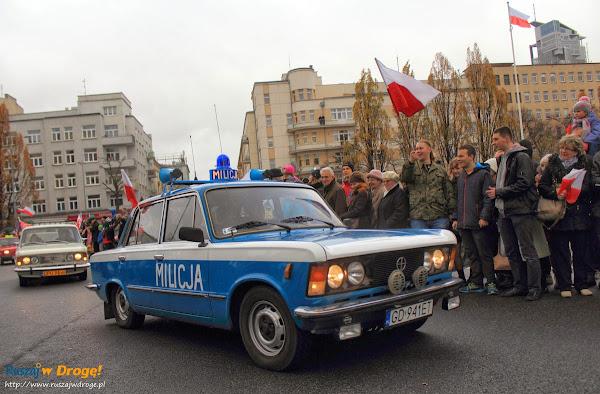 Zabytkowy milicyjny polonez na Paradzie Niepodleglości w Gdyni
