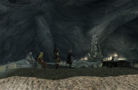 岩場の影のタロス像