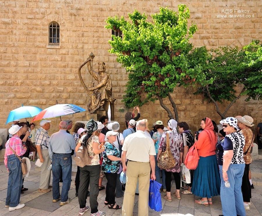 Статуя Царя Давида возле Гробница Царя Давида на Сионской горе. Экскурсия Иерусалим Христианский. Гид в Иерусалиме Светлана Фиалкова.