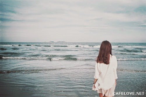 Hình ảnh cô gái lặng lẽ đi ra Biển