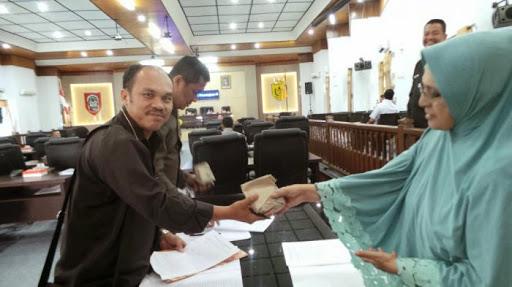 Saat Rapat Paripurna, Dewan Kota Banjarmasin Dapat Jengkol