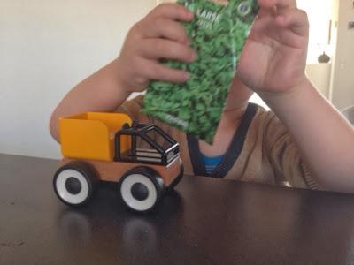 Så karse i en legetøjsbil børneaktivitet