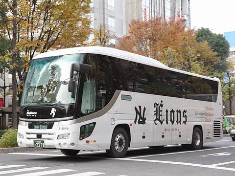 西鉄高速バス「ライオンズエクスプレス」 8546 池袋駅東口交差点にて(H24.11.29)