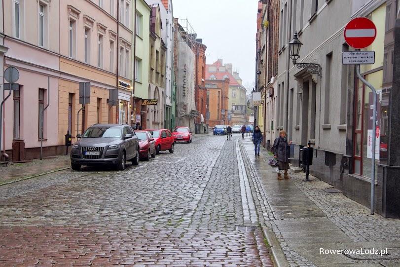 Ta ulica jest jednokierunkowa, ale tylko dla samochodów. Znak zakazu wjazdu nie dotyczy rowerów i wózków rowerowych (riksz). Nie trzeba było też niczego malować.