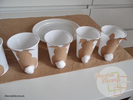 Decorar los vasos con conejitos de Pascua.