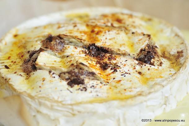 Camembert copt cu ciocolata si chilli