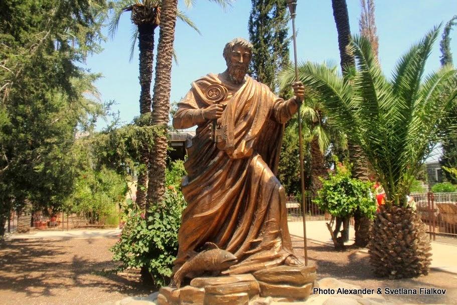Капернаум или Кфар Нахум. Статуя апостола Петра. Экскурсия Галилея христианская. Гид по Галилее Светлана Фиалкова.