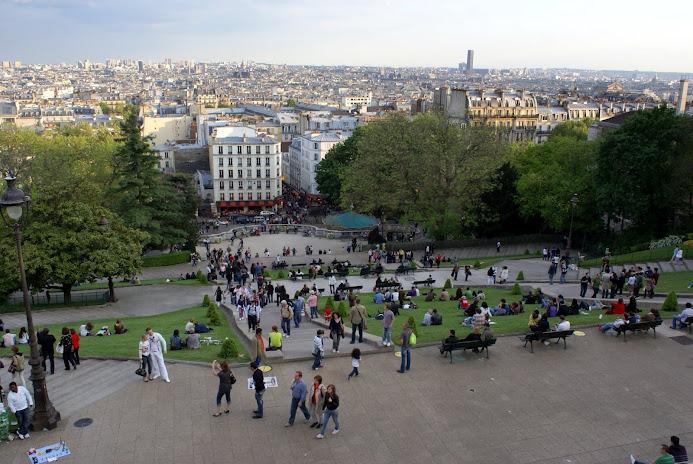 Панорамный вид с подножия церкви Сакре-Кер - Туристический маршрут по Монмартру в Париже c картой и отмеченными достопримечательностями.