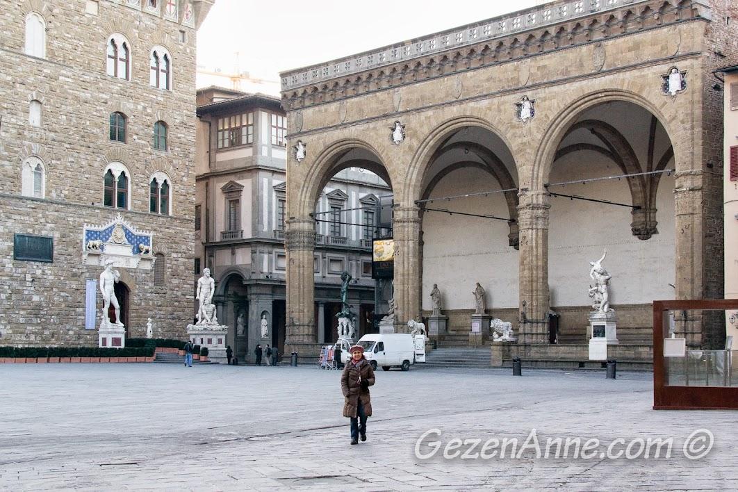 Signoria Meydanı'nda dolaşırken, Floransa
