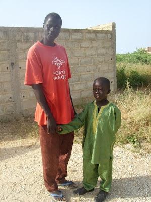 ibrahim , de eerste schooldag. Ibrahim se prepare pour l'entree des écoles.