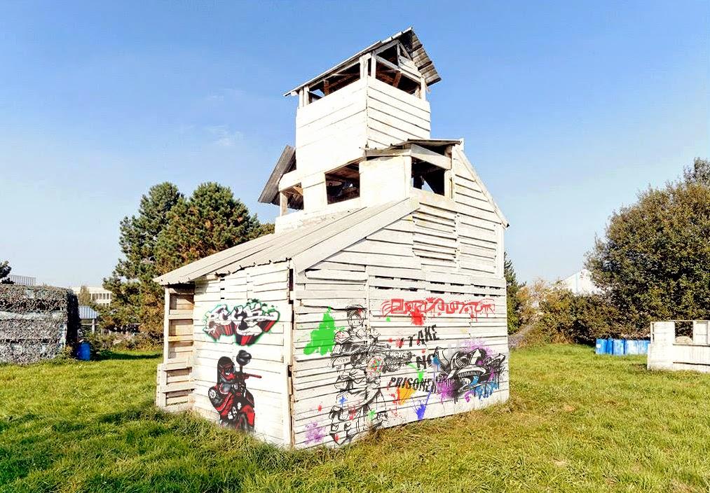 Graffiti sur le terrain !!! l'église a été touchée ! Tag