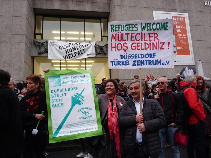 Protestler mit Transparenten: »Kein Fußbreit dem Rassismus!« und »Refugees Welcome«.