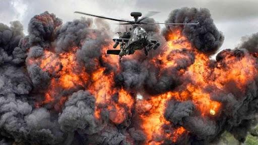 Khoảnh khắc tuyệt đẹp khi trực thăng chiến đấu Apache của quân đội Anh thoát khỏi cầu lửa từ vụ nổ trong một buổi trình diễn trên không giành giải bức ảnh tổng thể đẹp nhất tại Cuộc thi ảnh quân đội năm 2014. Ảnh: MOD