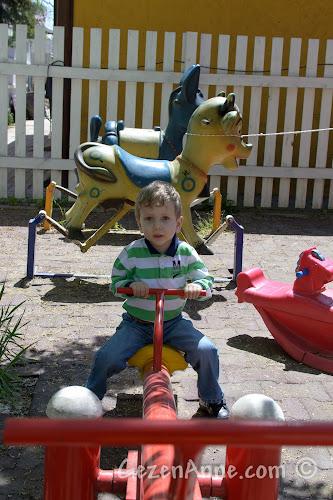 Cumhuriyetköy'deki Beyaz Bahçe'deki çocuk parkında oynarken